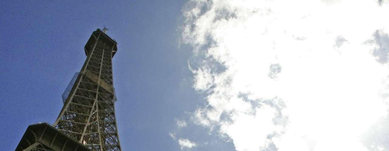 Torre Eiffel, Paris, França - Nenhum monumento no planeta simboliza tanto uma cidade quanto a Torre Eiffel representa Paris. Quando a torre de 324 metros de altura foi erguida, em 1889, os habitantes da capital francesa não gostaram nem um pouco de ver esta estrutura futurista em meio à arquitetura clássica da cidade. Hoje, a obra de Gustave Eiffel é inseparável da Cidade Luz e a vista de seu topo é simplesmente estonteante