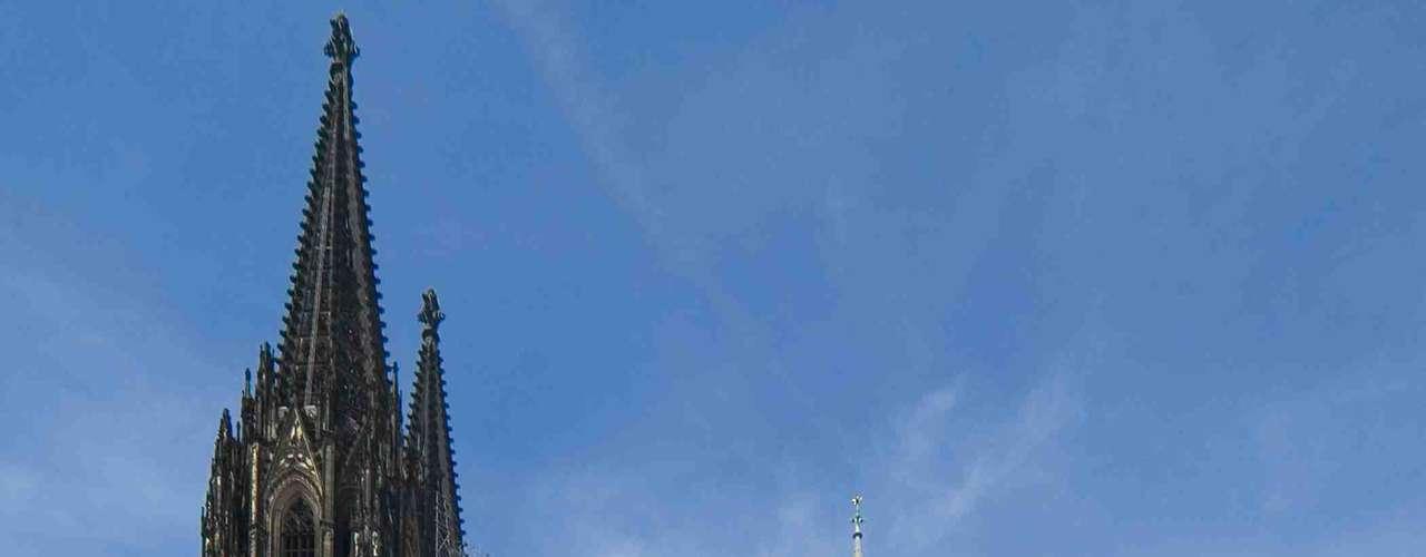 Catedral de Colônia, Colônia, Alemanha - Monumento gótico completado em 1880, a Catedral de Colônia demorou mais de seis séculos para ser construída. O resultado é uma obra impressionante, com interiores imponentes com grandes arcas, colunas e torres com vista sobre a cidade e o rio Reno