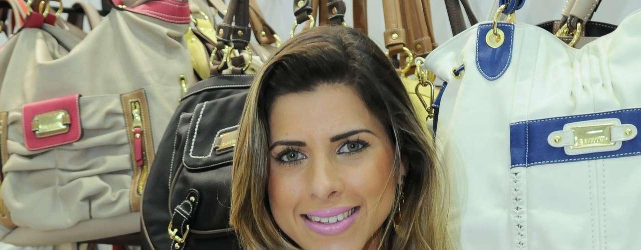 A musa da Gaviões da Fiel e gata do Pânico, Ana Paula Minerato, abusa de seus atributos ao usar durante feira de calçados em São Paulo um vestido preto justo, que marca o corpo e deixa as pernas de fora. É só para quem tem corpão e nada de celulite, ok?