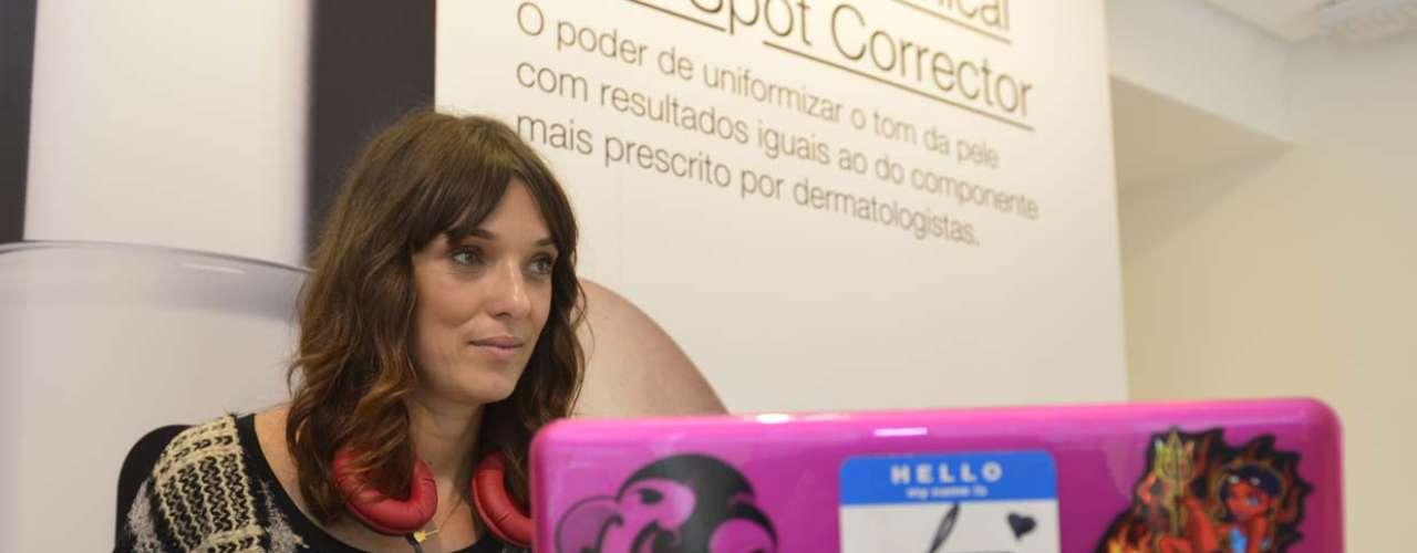 A DJ Lara Gerin foi convidada da Clinique. O espaço tem cerca de 40 m² e oferece um mostruário completo do portfólio de produtos da marca