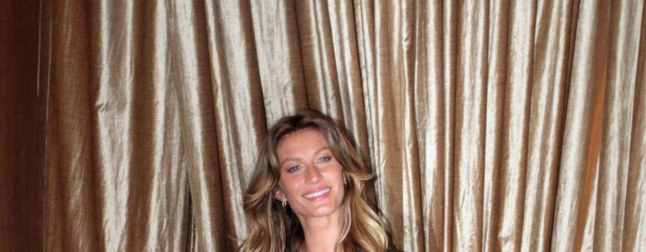 Gisele Bündchen escolheu blusa preta transparente e sutiã azul