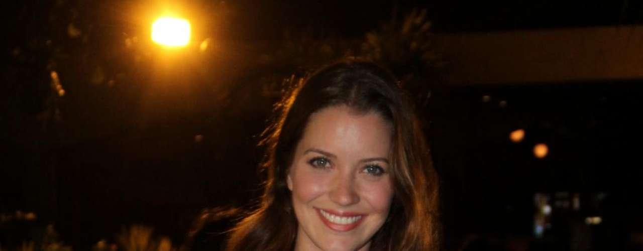 Nathalia Dill foi clicada com blusa vermelha transparente e sutiã preto