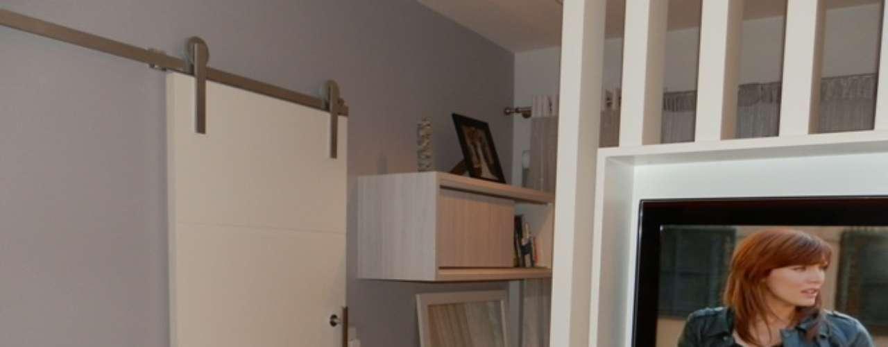 Na entrada do cômodo foi usada uma porta corrediça.
