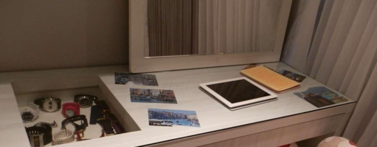 Detalhe da escrivaninha. A gaveta com vidro serve como vitrine e é uma solução criativa para guardar relógios e joias.