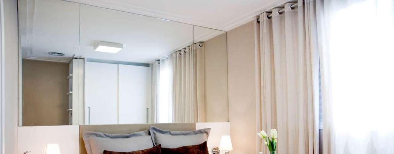 Segundo a arquiteta Paula Ferraz, usar espelhos é um truque recorrente para dar ideia de profundidade. Informações: (11) 5096-2424