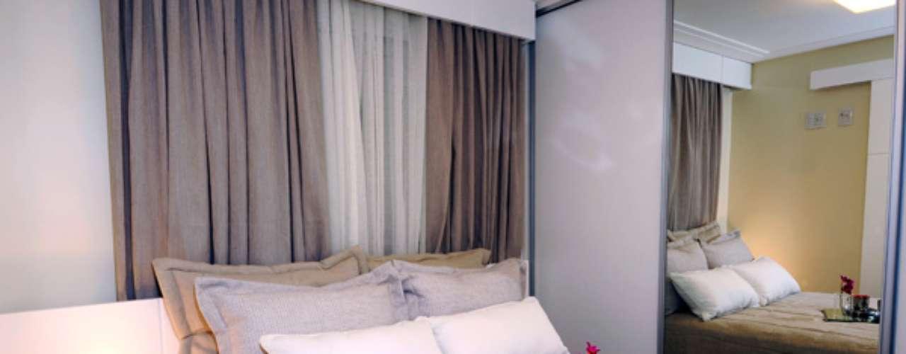 Armários corrediços são uma boa pedida porque economizam espaço na abertura das portas e impedem que danifiquem a cama. Nesse projeto, foi usado só um criado-mudo.