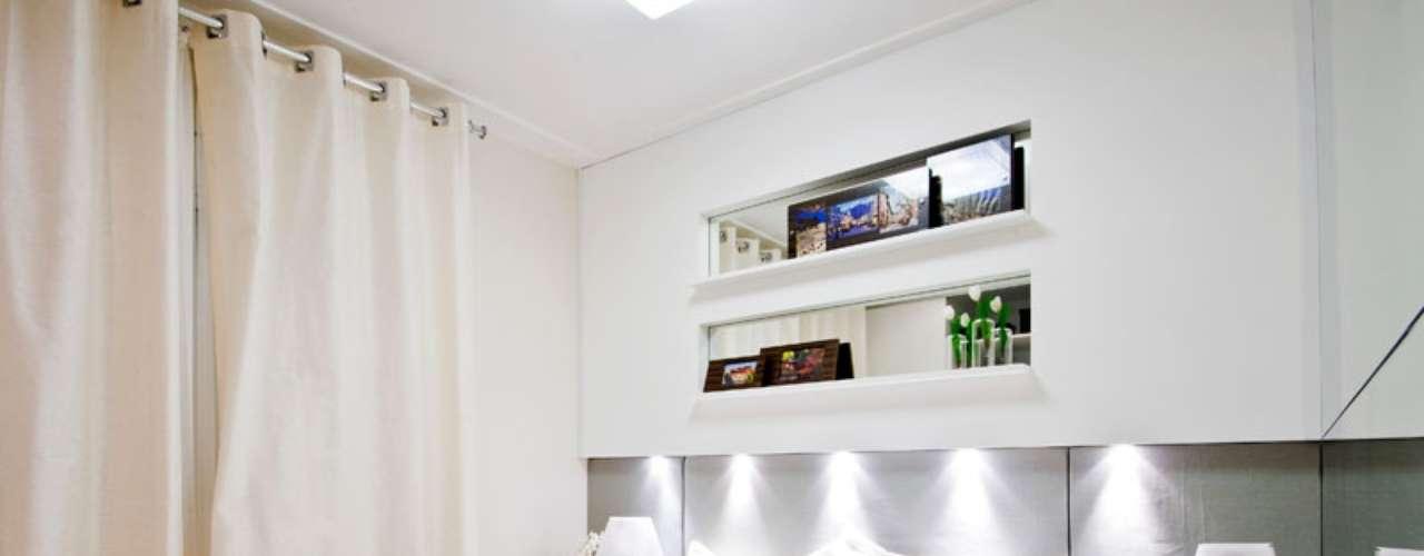 As luzes embutidas na parede substituem os abajures para leitura.