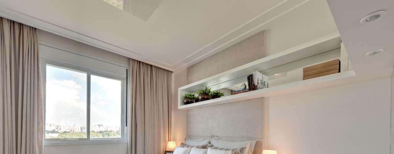 Móveis brancos e madeira clara são ótimas opções para deixar o cômodo com aparência mais ampla.
