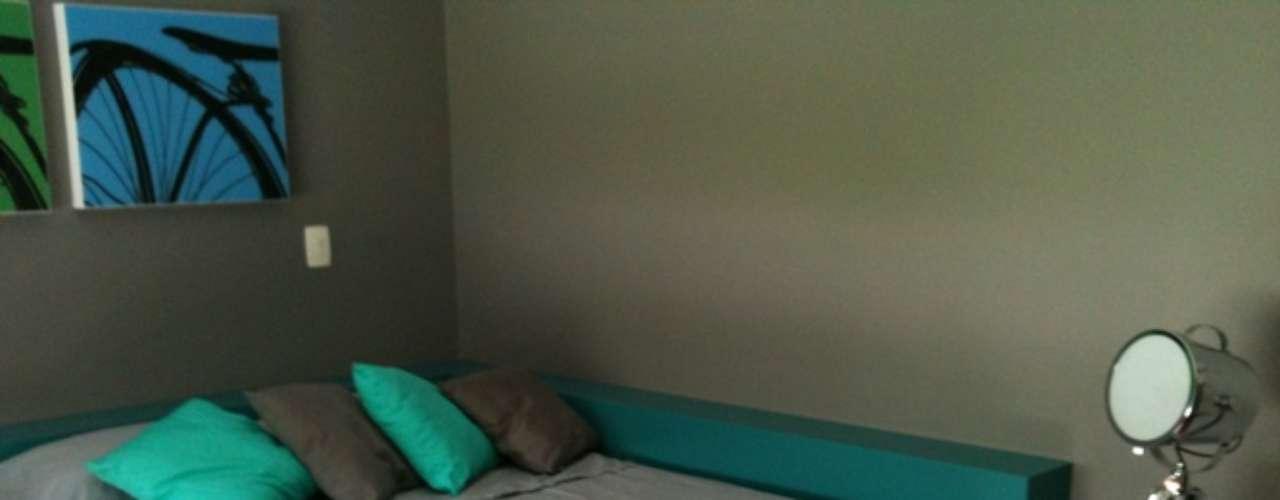 No projeto da arquiteta Camila Gazola, a cama foi encostada na parede com uma cabeceira em L. O parceiro isolado pela parede pode ter acesso a ela pela parte posterior.  Informações: (11) 3459-0180