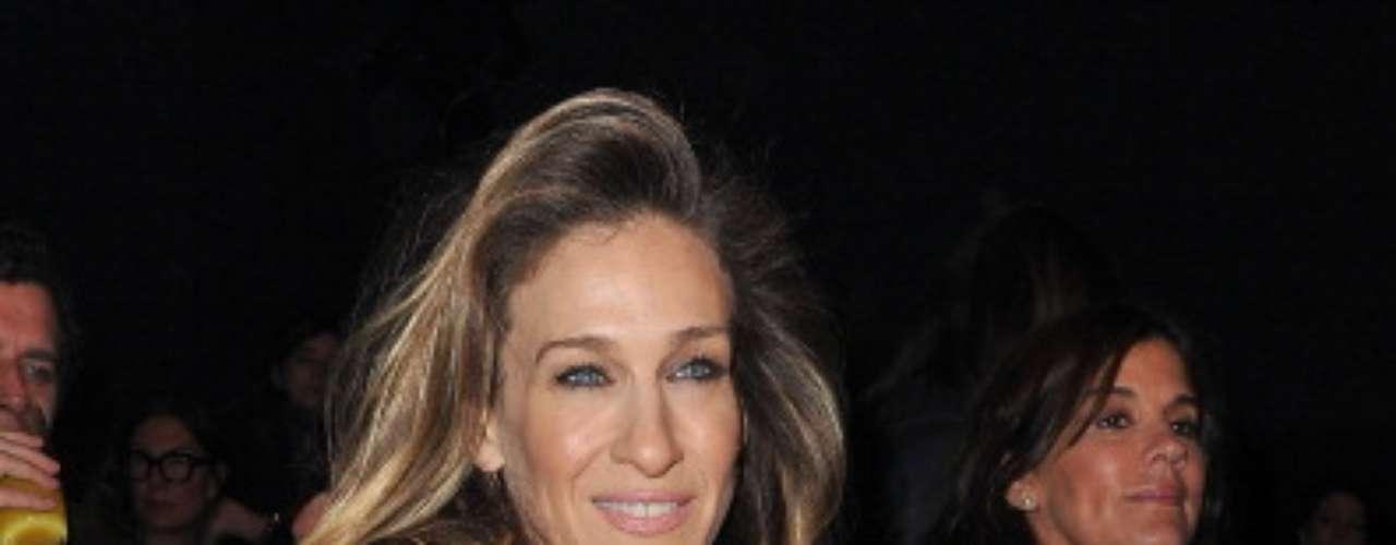 Sarah Jessica Parker escolheu blusa branca transparente e sutiã preto
