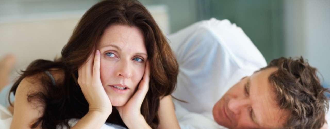 Libido baixa: sexo não é tudo em um relacionamento, mas é importante. O casamento é feito de amor, respeito, compromisso... e sexo. Se os suas libidos não coincidem ou o seu desejo sexual é inexistente, as chances são de que o relacionamento não ultrapasse o namoro. A maioria dos casais se relaciona entre si através da intimidade, então, se vocês raramente querem fazer sexo, é porque o interesse pode estar em outra pessoa. Se você sentir que seu desejo sexual é baixo, vá a um médico e verifique se você está saudável tanto mentalmente quanto fisicamente