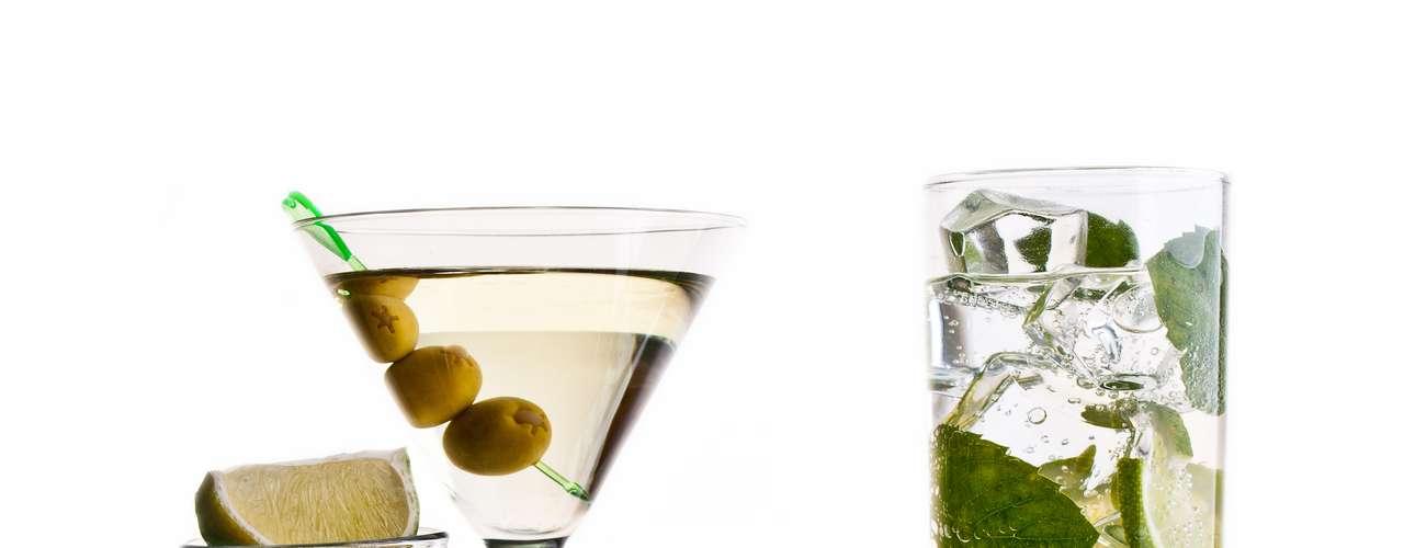 4. Álcool: o álcool relaxa o corpo e, por isso, também relaxa o esfíncter esofágico, o que pode causar refluxo e azia. Ingerir álcool também pode impedir que nutrientes sejam absorvidos pelo organismo, além de causar diarreia. No entanto, se você não tem problemas gastrointestinais, doses moderadas de álcool não devem causar problemas do tipo. A sugestão é dois drinks por dia para os homens e um para s mulheres