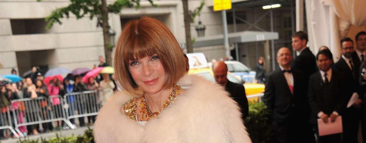 Anna Wintour escolheu uma capa de pele para complementar o vestido social