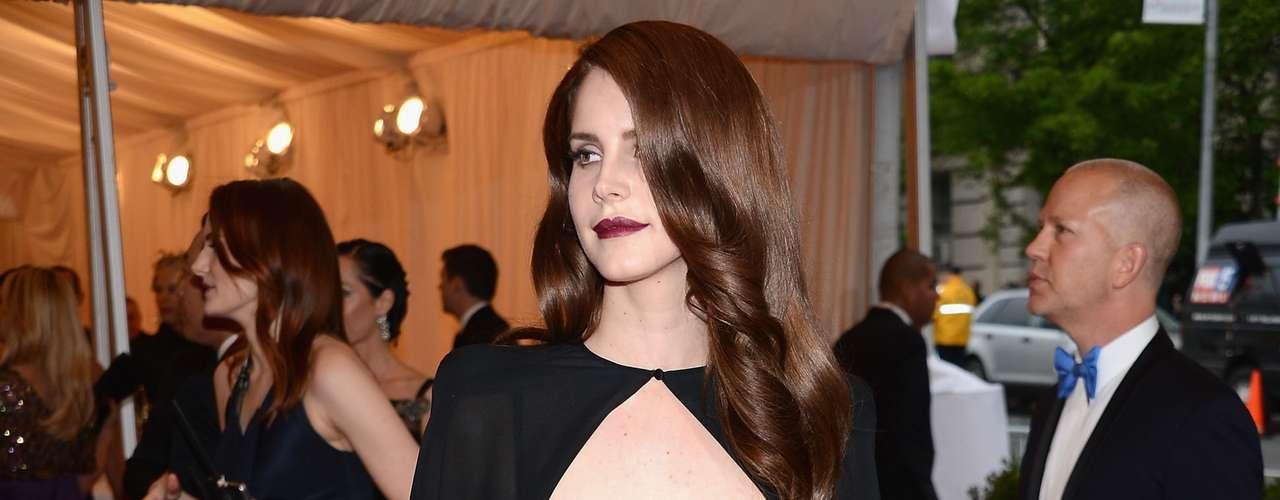 A cantora Lana Del Rey apostou em um modelo feito em um tecido fluido, coordenado com vestido prateado