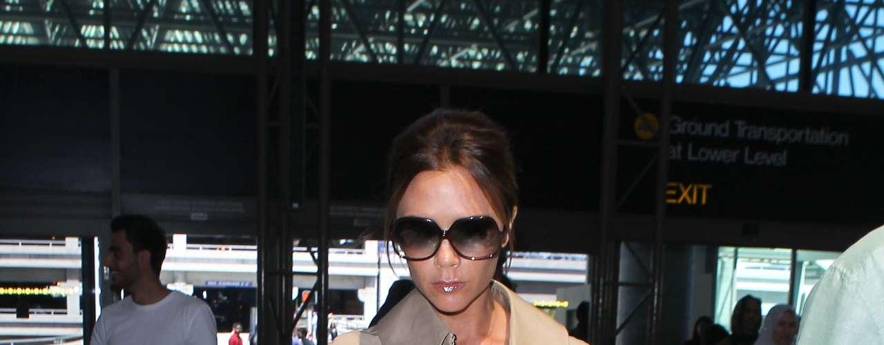 As capas estão invadindo a moda das famosas; Victoria Beckham, considerada um ícone fashion, foi clicada com um modelo bege no aeroporto de Londres