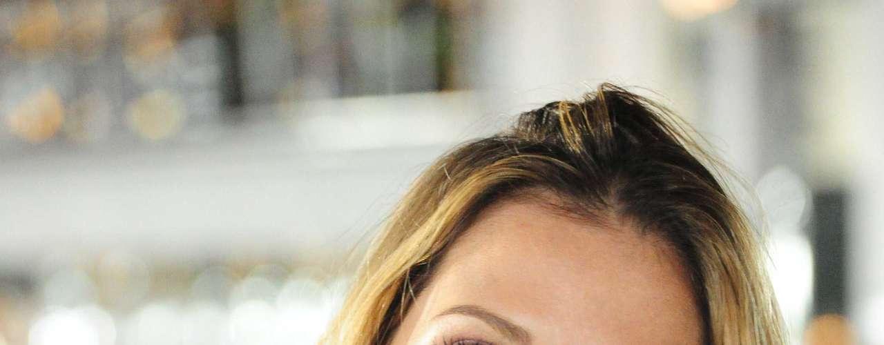 Rotina de beleza de Deborah Secco é iniciada com boa higiene do rosto, feita sem pressa