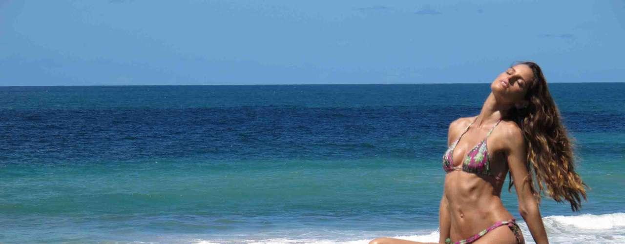 Izabel Goulart estrela campanha da Cia Marítima em poses sensuais