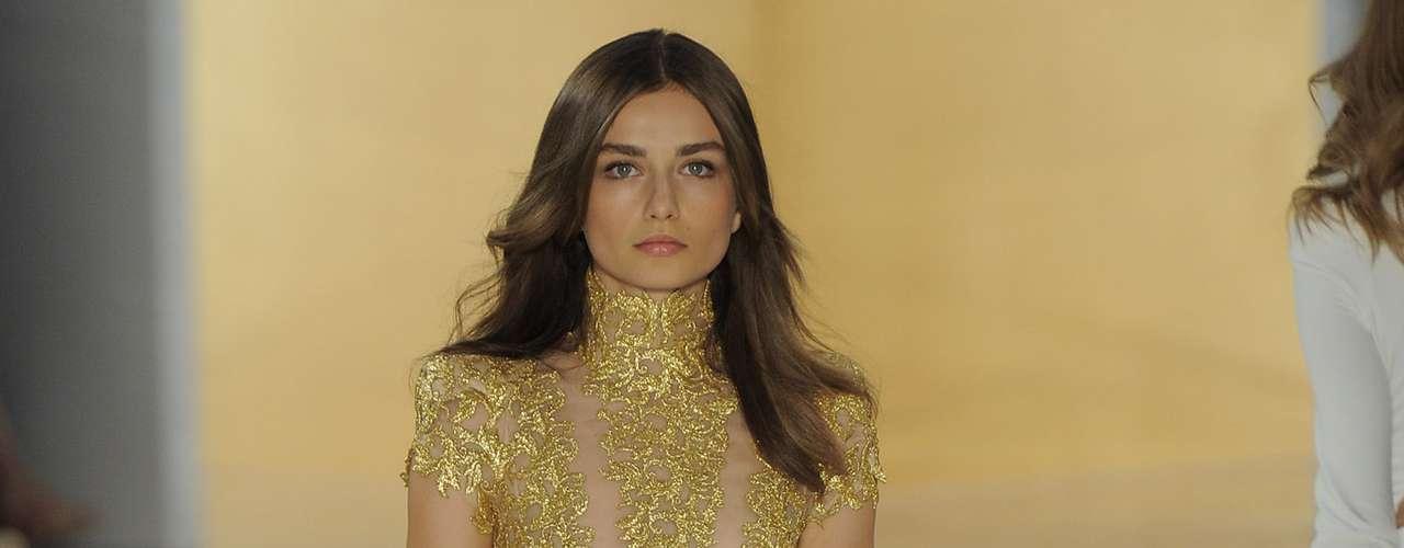 A cor predominante foi o branco, o nude, o off-white e os acessórios cor de ouro apareceram acompanhando a maioria das peças e até mesmo em looks inteiros