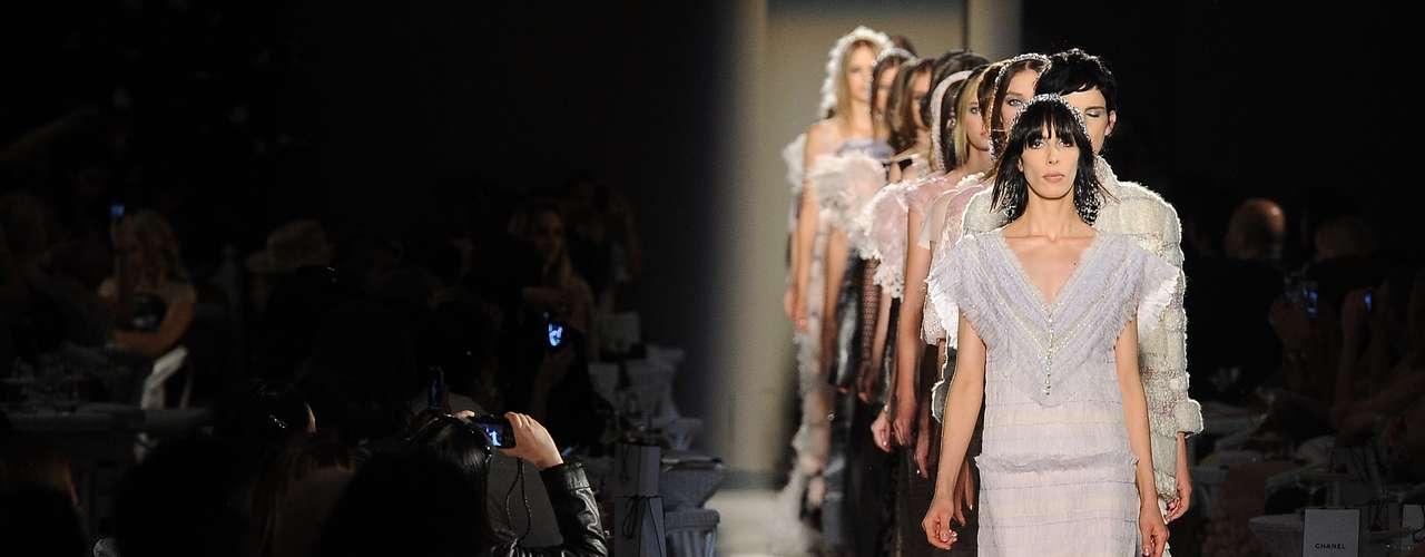 O terceiro dia da semana de moda de alta-costura de Paris começou com a apresentação da Chanel, de Karl Lagerfeld que, como sempre, é uma das apresentações mais aguardadas