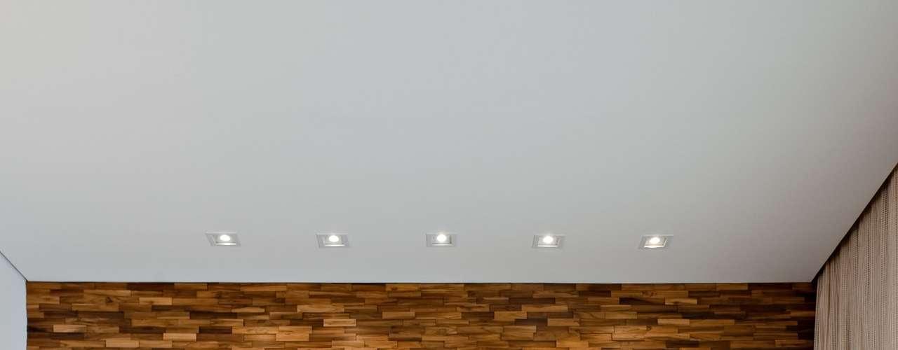 Os painéis de madeira ajudam a aquecer o ambiente, deixando-o mais aconchegantes. Neste projeto do escritório schüssel quezada, foram usadas placas de madeira reciclada. Informações: (11) 3073-1152