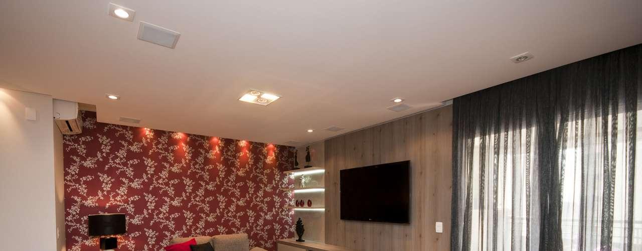 Neste projeto do escritório Estilo Próprio, o painel de madeira foi usado para cobrir parte da imensa janela que dava para a varanda, possibilitando, assim, colocar a televisão na sala. Contatos: (11) 2941-3626