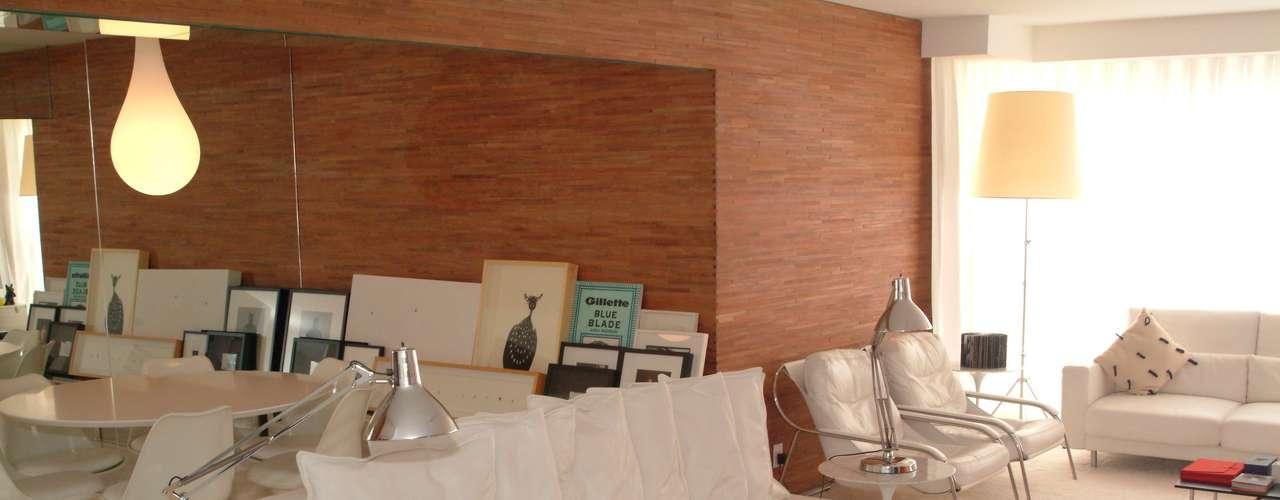 Aqui, o escritório schüssel quezada usou taco-palito para combinar com o tom branco do ambiente. Sandra Quezada explica que os painéis de madeira ajudam a destacar volumes