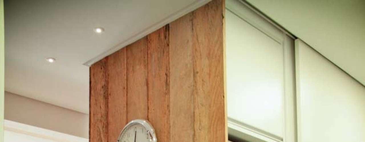 Neste outro projeto do Estilo Próprio, o painel feito de madeira de demolição serve não só para esconder alguns equipamentos de cozinhas...