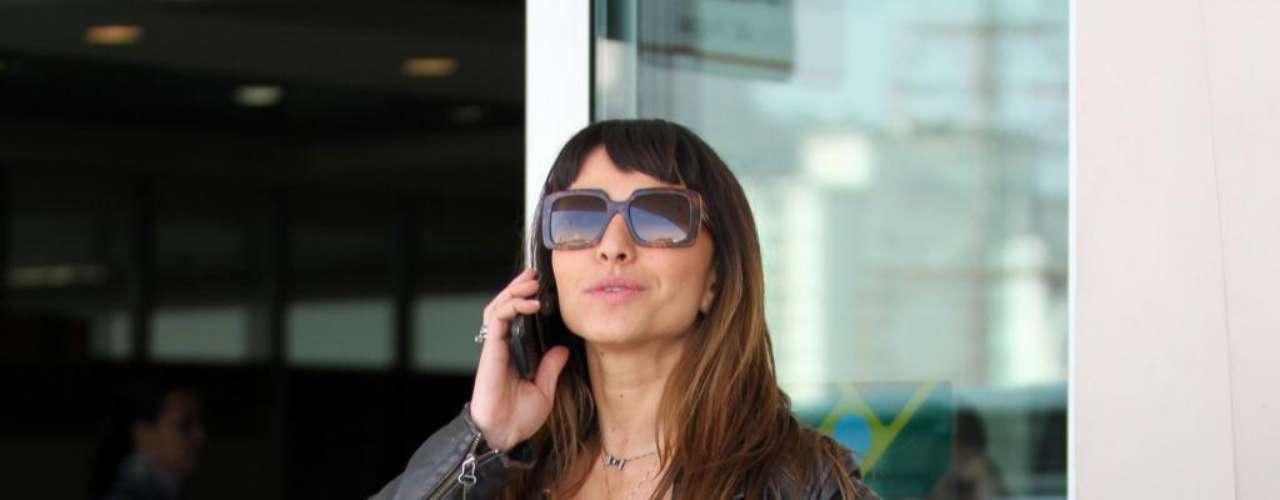 Sabrina foi clicada na porta do aeroporto com um visual meio difícil de entender, na opinião da consultora de moda Marcia Jorge. \