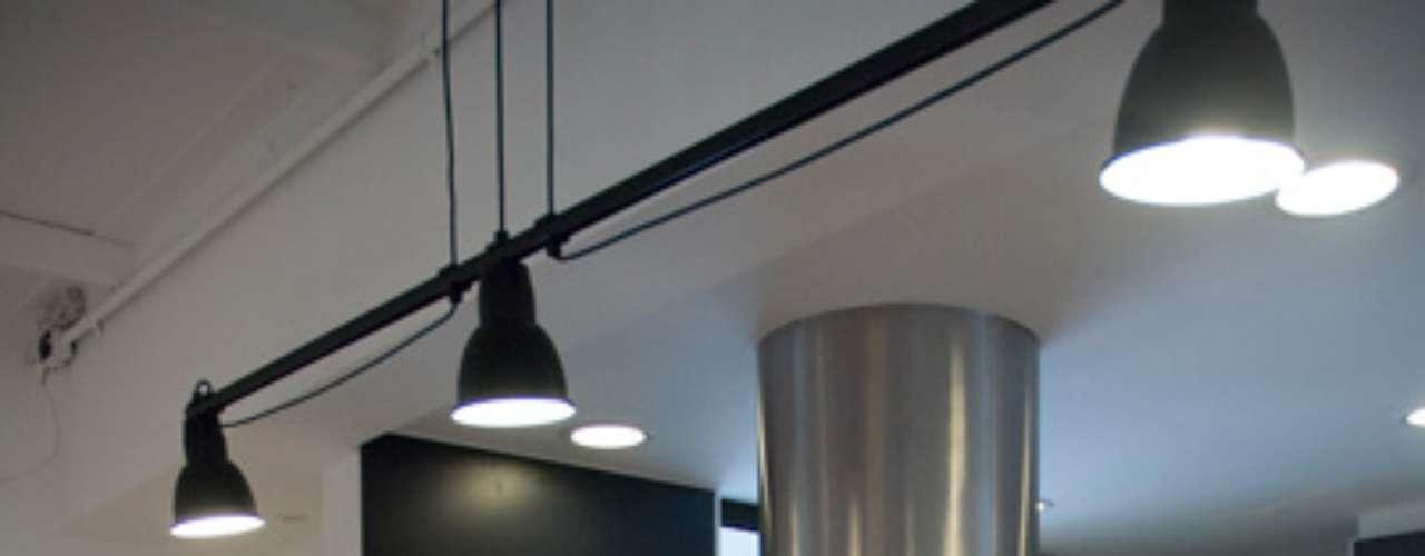 O espaço para refeições em uma cozinha americana não precisa ser necessariamente pequeno. Nesse caso, a bancada conta com quatro lugares bem espaçados
