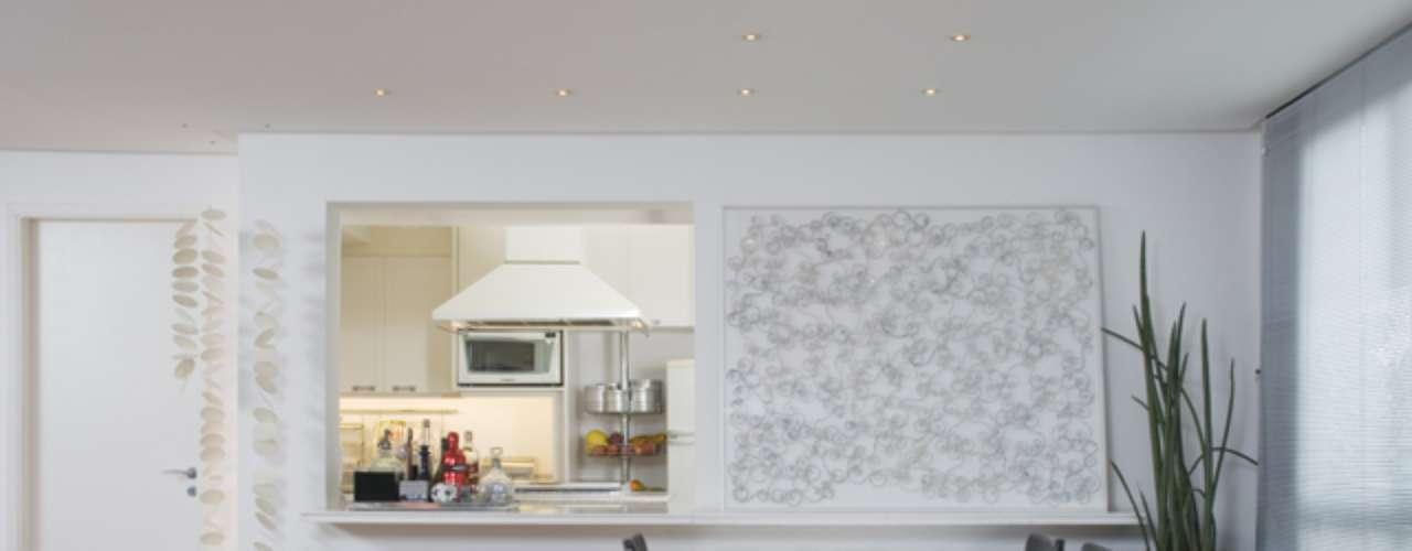 O arquiteto Conrado Heck foi contratado para fazer duas cozinhas diferentes no mesmo prédio. Nessa opção, a parede aberta facilita o contato entre os moradores. Informações: (11) 3097-8190