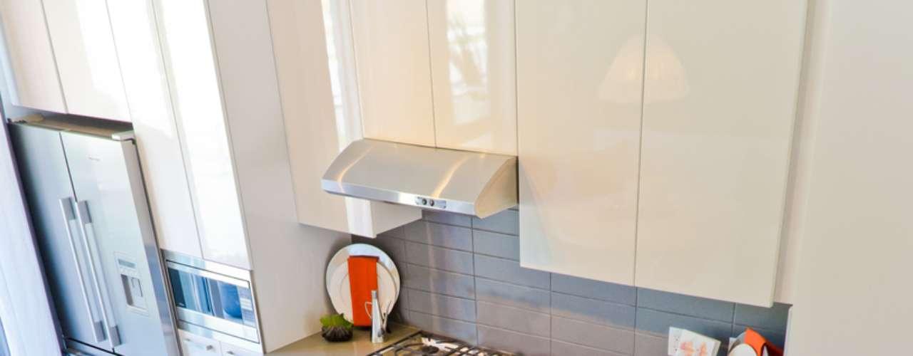 Unir a sala de jantar e a cozinha facilita a comunicação entre os moradores e faz com que o apartamento pequeno ganhe espaço