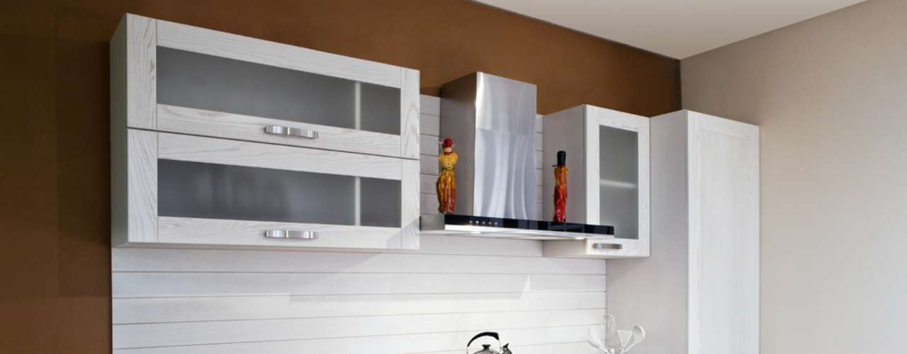 O aço é um diferencial na decoração desta cozinha, usado desde os puxadores de gaveta até a coifa, que foi a opção do arquiteto para evitar o mau cheiro no ambiente