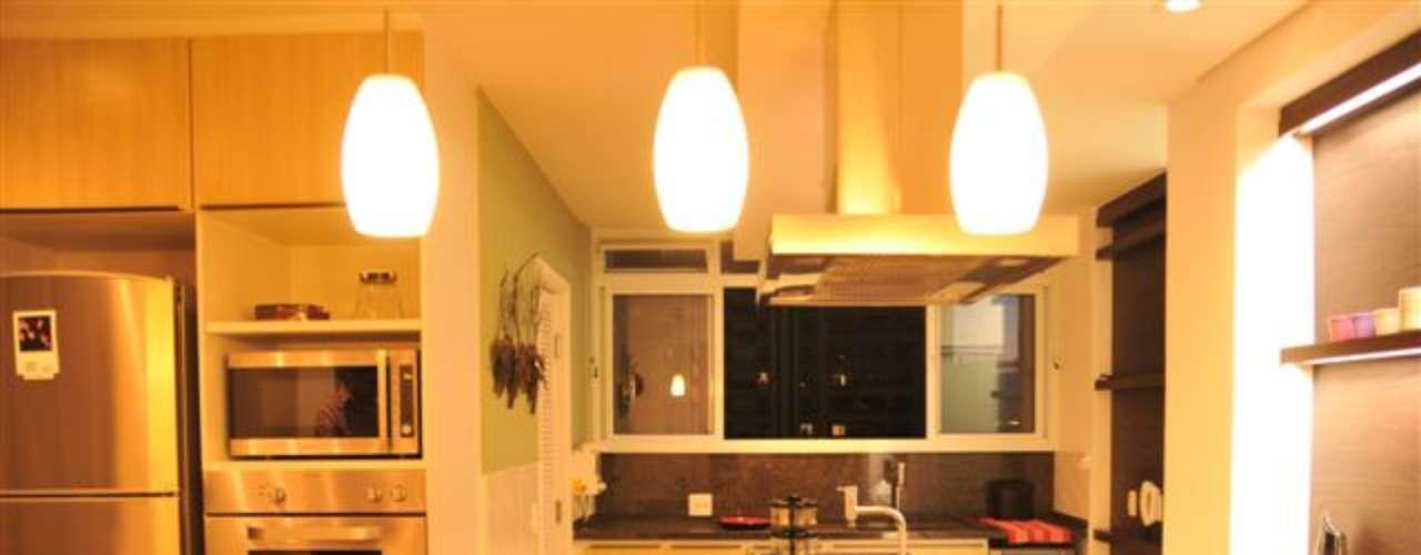 A arquiteta Mariana Cecchini preferiu a coifa para evitar que a fumaça se espalhe pelo apartamento. A iluminação também é um diferencial do projeto. Informações: (11) 3061-0523