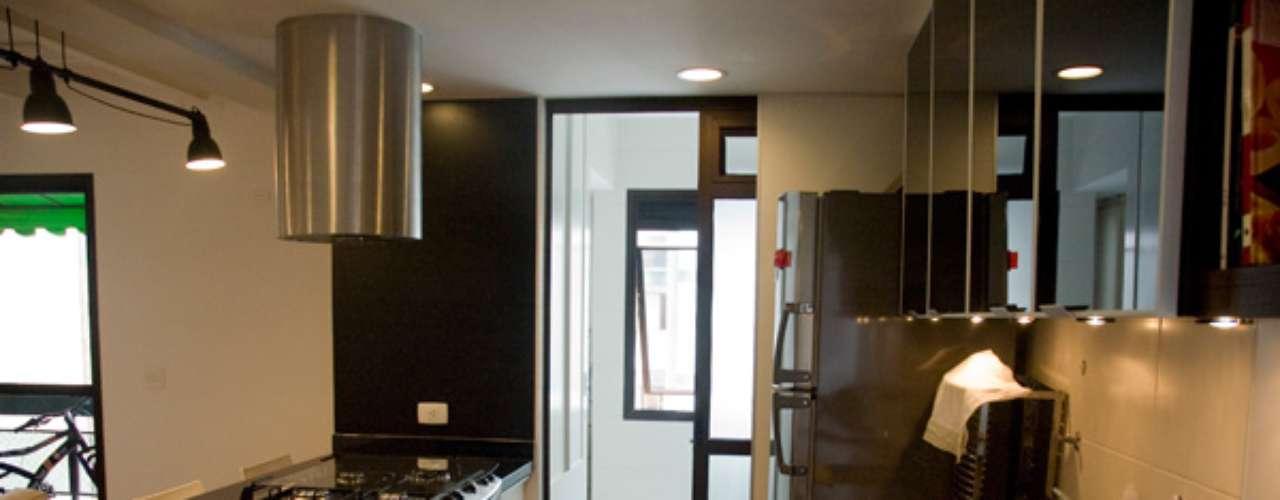Além da coifa, a porta de correr é uma boa saída para impedir que o cheiro da cozinha se espalhe pelo ambiente
