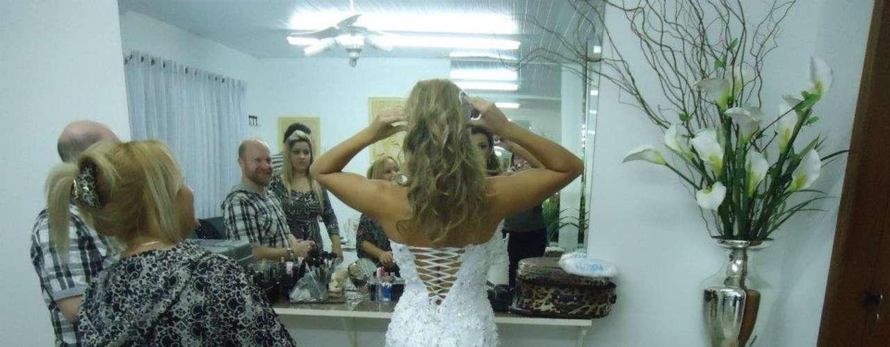Dois vestidos de noiva foram utilizados durante o ensaio