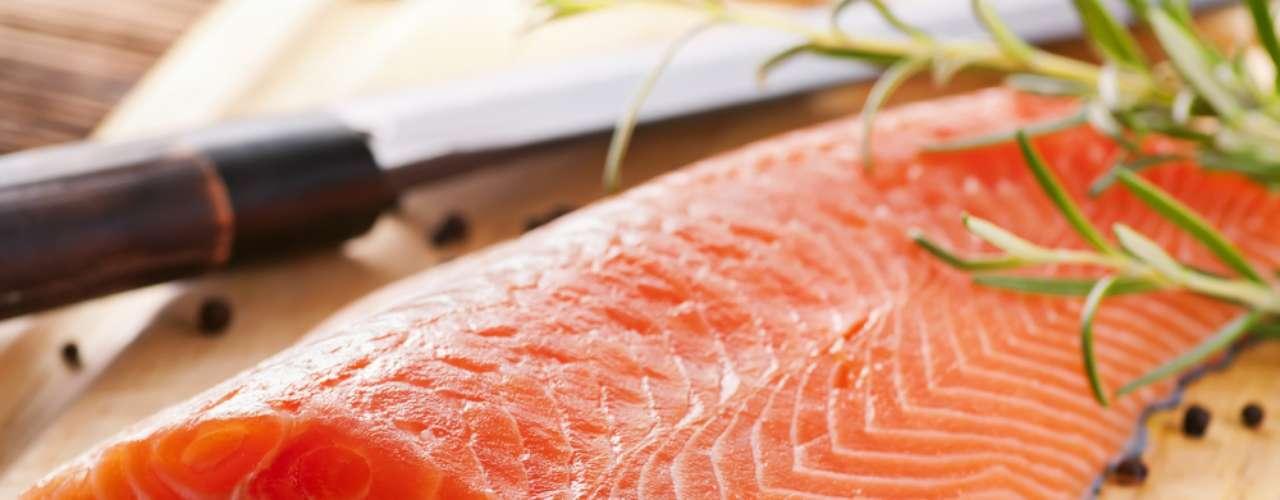 Salmão é um alimento rico em proteínas, substâncias fundamentais para a manutenção da saúde da pele e do cabelo
