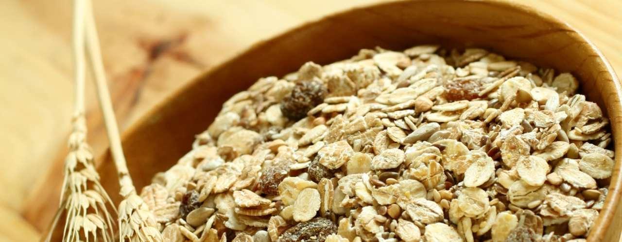 Zinco presente em cereais integrais, carnes magras e no gérmen de trigo fortalece as unhas e estimula a cicatrização da pele