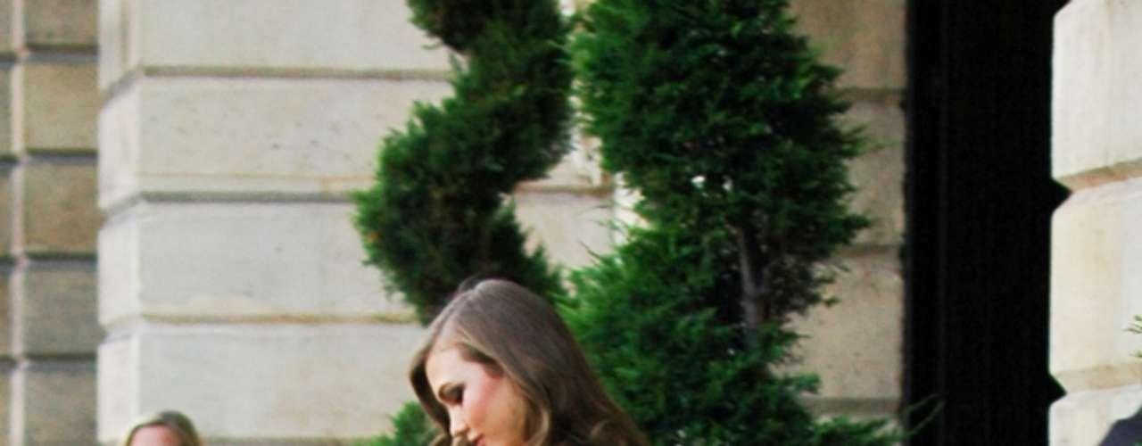 Karlie Kloss deixa o Ritz, onde aconteceu o desfile Versace, de short jeans