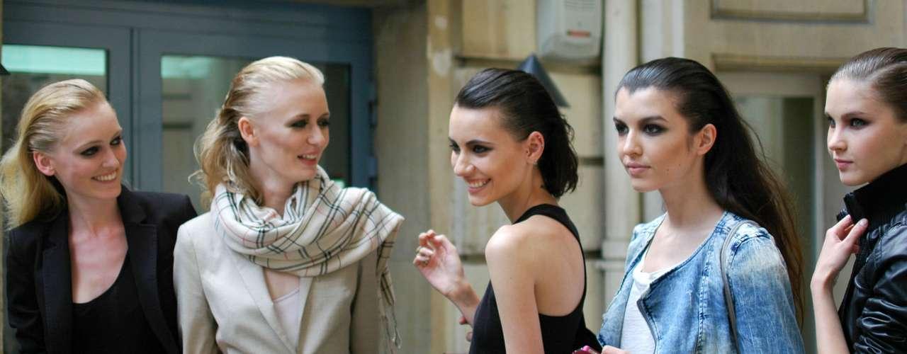 Modelos posam para foto após desfile do Atelier Gustavo Lins, na embaixada brasileira em Paris