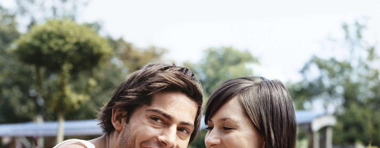Preste atenção na simetria: quando sorrimos, franzimos a testa ou encolhemos os ombros, tendemos a fazer gestos similares em ambos os lados do corpo. Qualquer gesto unilateral pode estar mascarando sentimentos verdadeiros