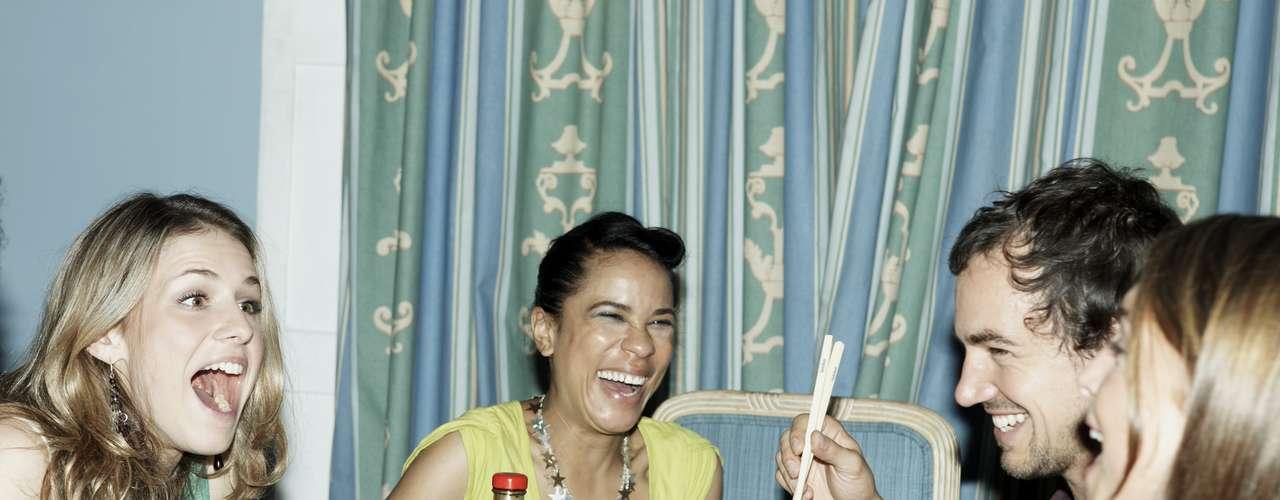 7. Divirta-se: quando você está feliz e se divertindo fica mais atraente. Daí, basta parecer acessível para que os homens comecem a se aproximar de você