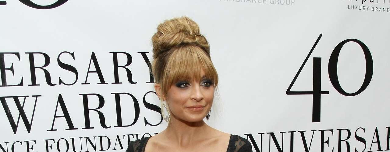 A atriz americana Nicole Richie usou vestido preto rendado com comprimento mullet