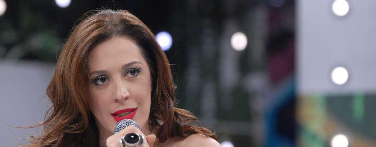 Claudia Raia usa peeling químico e de cristal para dar viço à pele da face