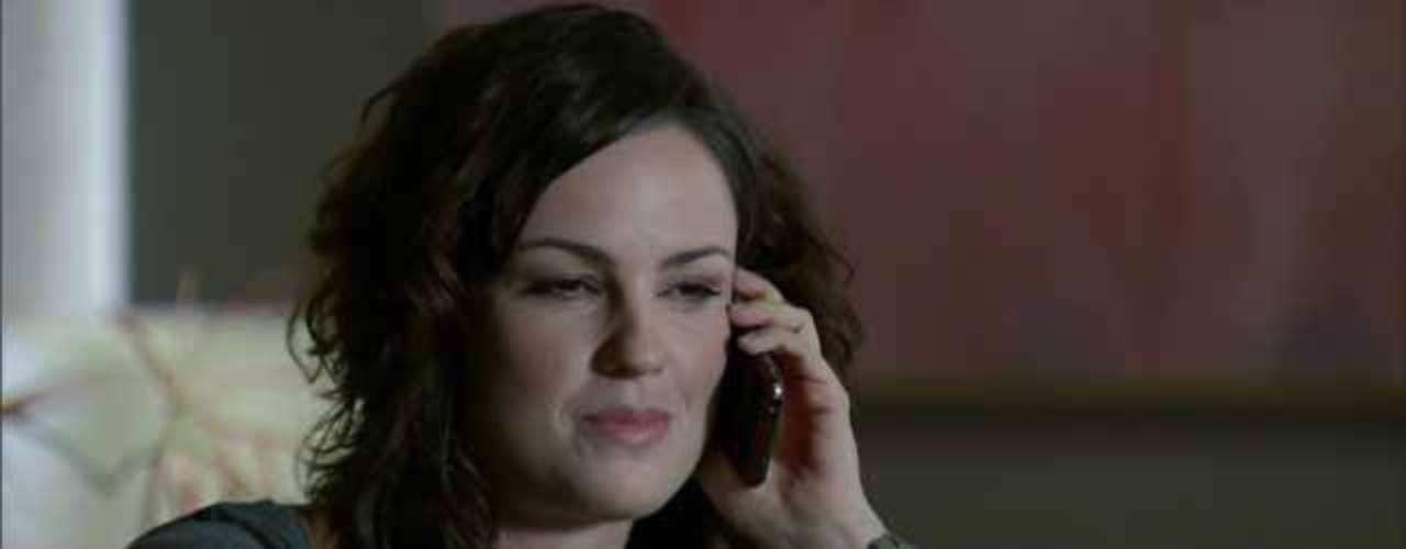 O esmalte cinza da personagem Beatriz (Carolina Kasting), de Amor Eterno Amor, faz parte da lista dos queridos das telespectadoras