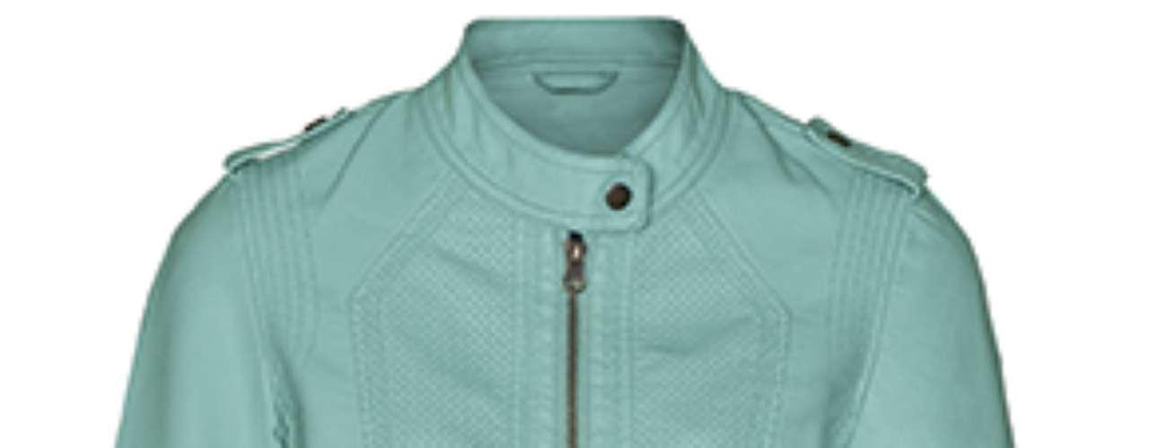 Jaqueta de couro azul bebê Hering, R$219,90. Serviço: 0800473114
