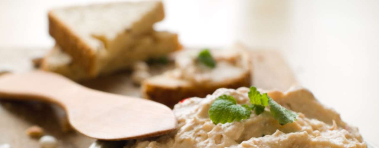 Húmus: feito a partir de grão de bico e azeite de oliva, húmus tem todas as bases de uma alimentação saudável. Apesar disso, não é um alimento ideal para quem quer manter a dieta. Controle-se antes de pegar uma porção que pode chegar até 267 calorias