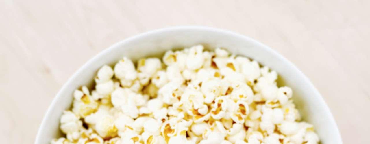Pipoca: muitas vezes a pipoca é citada como um snack saudável. Mesmo assim você está ingerindo de 415 a 548 calorias por um saco de 100g. Os fabricantes recomendam que você coma apenas 20g