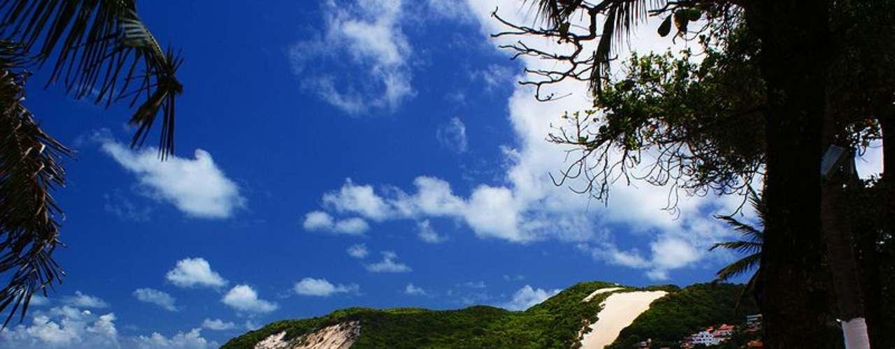 10) Praia de Ponta Negra, RN: famosa praia de Natal, Ponta Negra tem 4 km de extensão que atraem banhistas, surfistas e muitas pessoas em busca de um bom lugar para curtir o sol do nordeste. Com o Morro de Careca (duna de 120 m) como pano de fundo, a praia ganhou nos últimos anos bastante desenvolvimento, com bares, restaurantes, shoppings e baladas