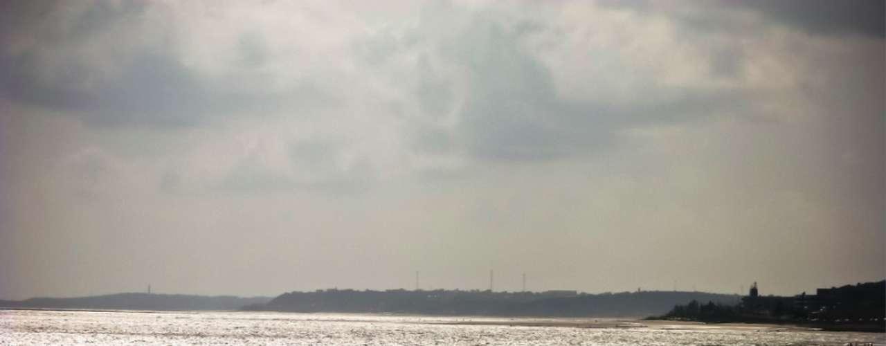 11) Praia de São Marcos, MA: situada a 4 km do centro de São Luis, a Praia de São Marcos é a preferida dos habitantes da capital Maranhense. Aos finais de semana, banhistas e surfistas ocupam a praia, cercada por dunas e vegetação. Bares, restaurantes e lojas podem ser encontrados no calçadão, fora das areias da praia