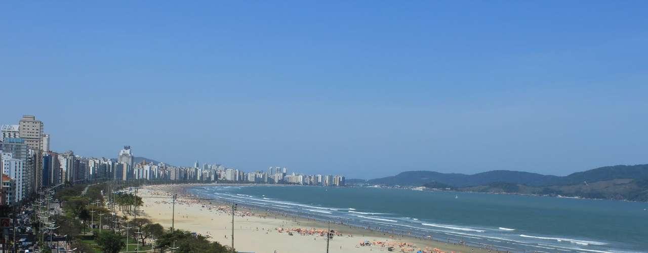 17) Praia do Gonzaga, SP: Santos, no litoral paulista, é um dos principais destinos dos moradores da capital para descer a serra e pegar uma praia. Locais e paulistanos lotam as areias da Praia do Gonzaga, entre os canais 2 e 3, nos dias mais ensolarados